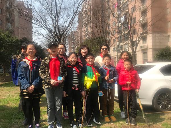 统华上海大学附属学校植树活动